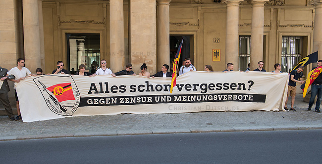 Rechtsextreme &quot;Identitaere&quot; versuchen Besetzung des Justizministerium.<br /> Am Freitag den 19. Mai 2017 versuchten ca. 40 Rechtsextremisten der sog. &quot;Identitaeren Bewegung&quot; (IB) das Justizministerium zu besetzen. Sie setzten das Ministerium und den Justizminister Maas mit der Staatssicherheit der DDR gleich, hatten DDR-Fahnen dabei und trugen zum Teil DDR-Militaeruniformen.<br /> Die Neonazis scheiterten jedoch mit der Besetzung, da die Polizei im Vorfeld von der Aktion informiert war und rechtzeitig vor Ort war. Als die Polizei die Neonazis aufforderte zu gehen, legten die sich auf den Fu&szlig;weg und skandierten &quot;Keine Gewalt&quot; und Parolen gegen Fluechtlinge und fuer Deutschland. Daraufhin wurden die Neonazis einzeln abgefuehrt, durchsucht und erhielten einen Platzverweis.<br /> 19.5.2017, Berlin<br /> Copyright: Christian-Ditsch.de<br /> [Inhaltsveraendernde Manipulation des Fotos nur nach ausdruecklicher Genehmigung des Fotografen. Vereinbarungen ueber Abtretung von Persoenlichkeitsrechten/Model Release der abgebildeten Person/Personen liegen nicht vor. NO MODEL RELEASE! Nur fuer Redaktionelle Zwecke. Don't publish without copyright Christian-Ditsch.de, Veroeffentlichung nur mit Fotografennennung, sowie gegen Honorar, MwSt. und Beleg. Konto: I N G - D i B a, IBAN DE58500105175400192269, BIC INGDDEFFXXX, Kontakt: post@christian-ditsch.de<br /> Bei der Bearbeitung der Dateiinformationen darf die Urheberkennzeichnung in den EXIF- und  IPTC-Daten nicht entfernt werden, diese sind in digitalen Medien nach &sect;95c UrhG rechtlich geschuetzt. Der Urhebervermerk wird gemaess &sect;13 UrhG verlangt.]
