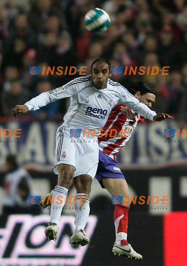Real Madrid's Emerson (f) and Atletico de Madrid's Maniche (b) during  the Spanish League match between Atletico de Madrid and Real Madrid at Vicente Calderon Stadium in Madrid, Saturday February 24 2007. (INSIDE/ALTERPHOTOS/B.echavarri).