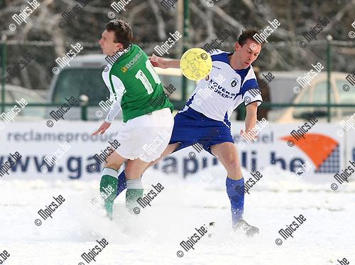 2010-01-03 / Voetbal / KSK Heist - Torhout / Roel Grant (r, Heist) in duel met De Keyzer..Foto: mpics