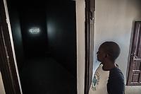 """un visitatore osserva """" l'oubli """" arte neon"""