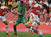 BOGOTÁ - COLOMBIA, 04-02-2018: Sebastian Salazar (Der.) jugador de Santa Fe disputa el balón con Jerson Malagon (Izq.) jugador del Patriotas durante el encuentro entre Independiente Santa Fe y Patriotas Boyacá por la fecha 1 de la Liga Águila I 2018 jugado en el estadio Nemesio Camacho El Campin de la ciudad de Bogotá. / Sebastian Salazar (R) player of Santa Fe struggles for the ball with Jerson Malagon (L) player of Patriotas during match between Independiente Santa Fe and Patriotas Boyaca for the date 1 of the Aguila League I 2018 played at the Nemesio Camacho El Campin Stadium in Bogota city. Photo: VizzorImage/ Gabriel Aponte / Staff