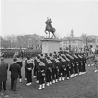 Des matelots en uniforme face à la statue lors de la Fete de Sainte-Jeanne-d'Arc, 7 mai 1967<br /> <br /> Photo : Agence Quebec Presse