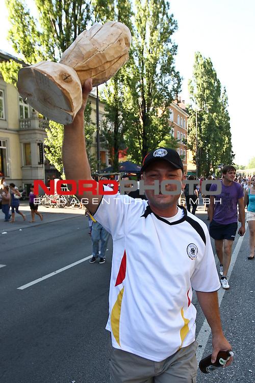 03.07.2010,  Muenchen, GER, FIFA Worldcup, Puplic Viewing Argentinien vs Deutschland,  im Bild Fan mit Holzpokal , Foto: nph /  Straubmeier