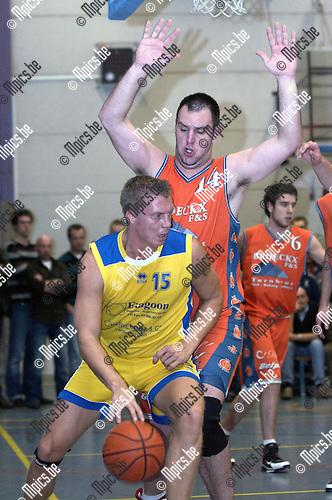 Basket Technico - Turuka: R. Smits van Technico verdedigt op C. Cooreman van Turuka (voor)