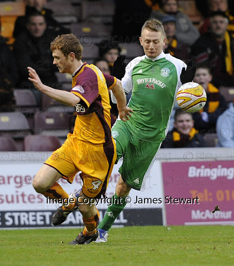 22/11/2008  Copyright Pic: James Stewart.File Name : sct_jspa10_motherwell_v_hibernian.DEREK RIORDAN GOES PAST MARK REYNOLDS.James Stewart Photo Agency 19 Carronlea Drive, Falkirk. FK2 8DN      Vat Reg No. 607 6932 25.Studio      : +44 (0)1324 611191 .Mobile      : +44 (0)7721 416997.E-mail  :  jim@jspa.co.uk.If you require further information then contact Jim Stewart on any of the numbers above.........