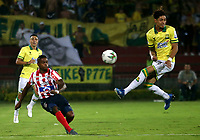 BUCARAMANGA-COLOMBIA, 07-03-2020: Brayan Castrillon de Atletico Bucaramanga y Fabian Viafara de Atletico Junior disputan el balon, durante partido entre Atletico Bucaramanga y Atletico Junior, de la fecha 8 por la Liga BetPlay DIMAYOR I 2020, jugado en el estadio Alfonso Lopez de la ciudad de Bucaramanga. / Brayan Castrillon of Atletico Bucaramanga and Fabian Viafara of Atletico Junior vie for the ball during a match between Atletico Bucaramanga and Atletico Junior, of the 8th date for the BetPlay DIMAYOR I Legauje 2020 at the Alfonso Lopez stadium in Bucaramanga city. / Photo: VizzorImage / Jaime Moreno / Cont.