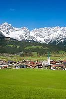 Austria, Tyrol, Ellmau with village church and Wilder Kaiser mountains   Oesterreich, Tirol, Ellmau am Wilden Kaiser mit Dorfkirche