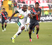 BOGOTA-COLOMBIA-03 -11-2013 : Wilmer Diaz (Izq) de La Equidad Seguros disputa el balon con  Luis Carlos Ruiz ( Der)  delantero  del Atletico Junior durante partido por la fecha 17 de la Liga Postobon II-2013 ,jugado en el estadio Metroplitano de Techo de la ciudad de Bogota./ Wilmer Diaz (L) of the Equidad Seguros disputes the ball with Luis Carlos Ruiz striker match Atletico Junior during the date 17 of the League Postobon II-2013, played at the Metropolitano  de Techo  Stadium  in Bogota city.Pohoito:VizzorImage / Felipe Caicedo / Staff