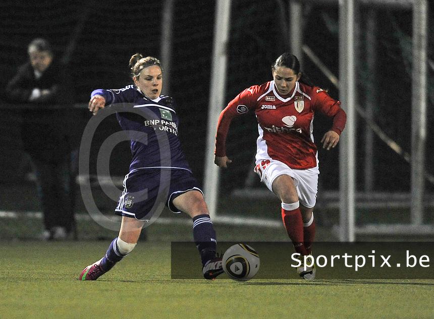 RSC Anderlecht - Standard Femina : Lorca Van De Putte met de tackle voor Lola Wajnblum.foto DAVID CATRY / Vrouwenteam.be