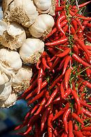 ITA, Italien, Kampanien, Sorrentinische Halbinsel, Amalfikueste: Knoblauch und Peperoncino (Chilli) | ITA, Italy, Campania, Sorrento Peninsula, Amalfi Coast: garlic and peperoncino (chili)