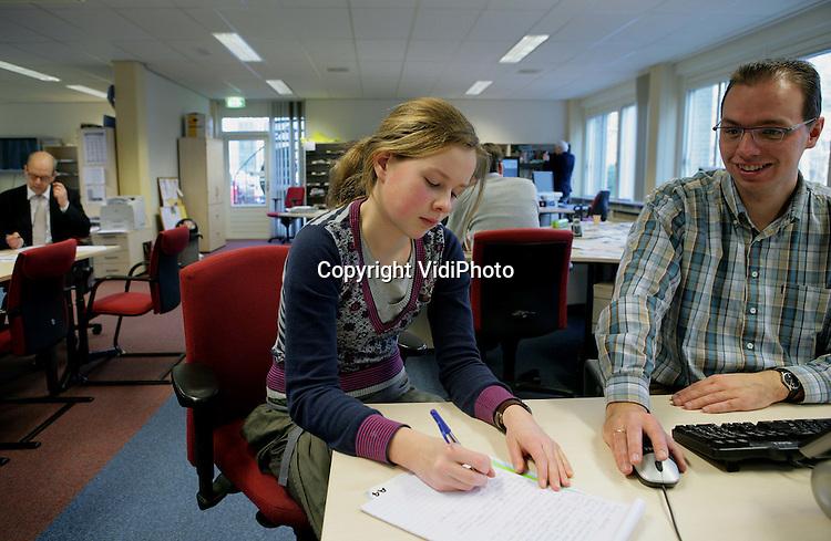 Foto: VidiPhoto..APELDOORN - Annerieke Schreuder bezoekt voor de Gezinsgids de Newsroom van het Reformarmatorisch Dagblad en interviewt redacteur Johan Leeflang van de regioredactie.