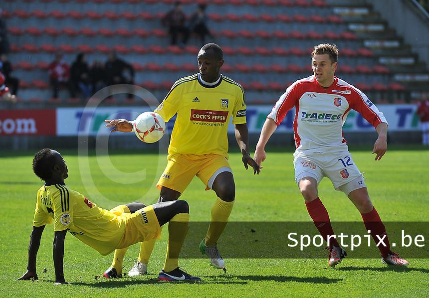 Moeskroen Peruwelz - SK Sint-Niklaas  : duel om de bal tussen Vincent Provoost (r) en Souleymane Youla (midden) voor de glijdende Ameth Gaye (links).foto VDB / BART VANDENBROUCKE