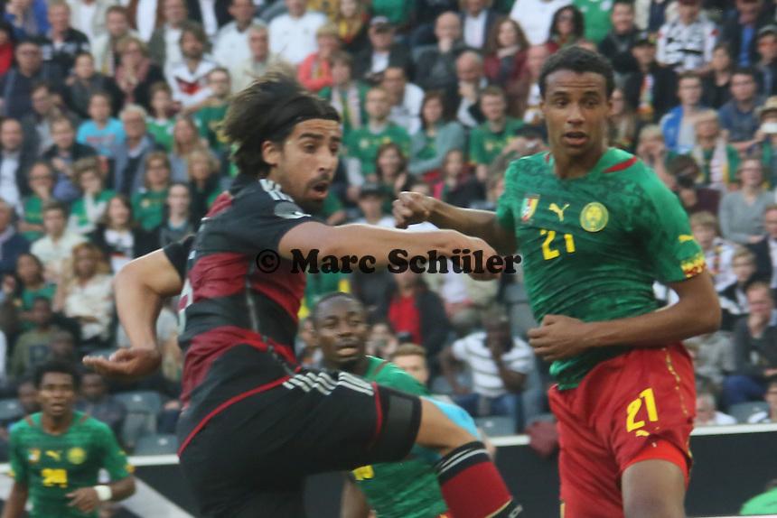 Kopfball Sami Khedira (D) gegen Joel Matip (CAM) - Deutschland vs. Kamerun, Mönchengladbach