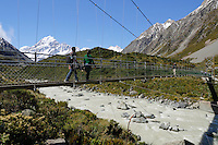 New Zealand, South Island, Canterbury region, Mount Cook National Park: Swing bridge over Hooker River in Hooker Valley with Mount Cook | Neuseeland, Suedinsel, Region Canterbury, Mount Cook National Park: Haengebruecke ueber den Hooker River im Hooker Valley und Mount Cook im Hintergrund