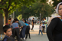 Migranti nel parco della stazione dei bus di Belgrado. Migrants on the bus station park in Belgrade Beograd. <br />