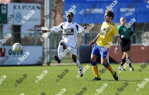 2012-03-11 / Voetbal / seizoen 2011-2012 / Wuustwezel - Ternesse / Ray Mensah (L, Wuustwezel) met Mohamed Belhadji..Foto: Mpics.be