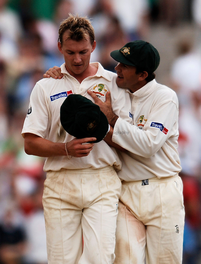 Photo: Glyn Thomas..England v Australia. nPower Test Series. The Ashes 2005..12/09/2005..Australia's Ricky Ponting (R) offers encouragement to his bowler Brett Lee.