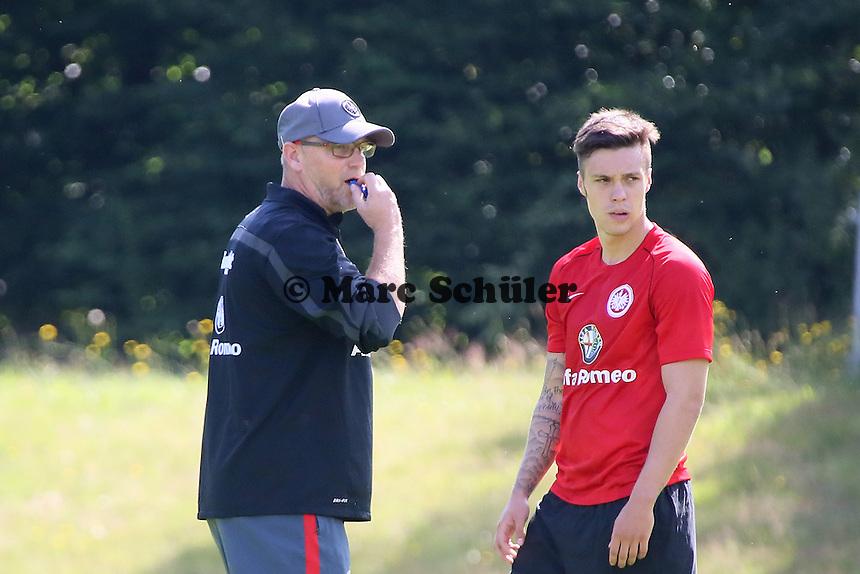 Trainer Thomas Schaaf (Eintracht) pfeifft ab, daneben Vaclav Kadlec - Eintracht Frankfurt Trainingsauftakt, Commerzbank Arena