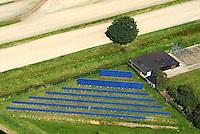 Solarfeld: EUROPA, DEUTSCHLAND, HAMBURG, (GERMANY), 16.09.2007: Solarfeld in Hamburg, Vier und Marschlande,  Energie, Energiewirtschaft, Wirtschaft, Energieversorgung, Strom, Stromversorgung, Stromerzeugung, Erzeugung, Umwelt, umweltfreundlich, Sonne, Sonnenenergie, Sonnenlicht, Licht, Strahl, Sonnenstrahl, Strahlen, Solar, Solaranlage, Solarzelle, Solarzellen, Kollektor, Sonnenkollektor auf einem Feld, Acker, privat Initiaive, .Luftbild, Luftaufname, Luftansicht, Aufwind-Luftbilder. c o p y r i g h t : A U F W I N D - L U F T B I L D E R . de.G e r t r u d - B a e u m e r - S t i e g 1 0 2, 2 1 0 3 5 H a m b u r g , G e r m a n y P h o n e + 4 9 (0) 1 7 1 - 6 8 6 6 0 6 9 E m a i l H w e i 1 @ a o l . c o m w w w . a u f w i n d - l u f t b i l d e r . d e.K o n t o : P o s t b a n k H a m b u r g .B l z : 2 0 0 1 0 0 2 0  K o n t o : 5 8 3 6 5 7 2 0 9.C o p y r i g h t n u r f u e r j o u r n a l i s t i s c h Z w e c k e, keine P e r s o e n l i c h ke i t s r e c h t e v o r h a n d e n, V e r o e f f e n t l i c h u n g n u r m i t H o n o r a r n a c h M F M, N a m e n s n e n n u n g u n d B e l e g e x e m p l a r !.