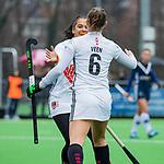 AMSTELVEEN -  Marijn Veen (A'dam) geeft gescoord en viert het met Yasmin Geerlings (A'dam)   tijdens de hoofdklasse competitiewedstrijd dames, Pinoke-Amsterdam (3-4). COPYRIGHT KOEN SUYK