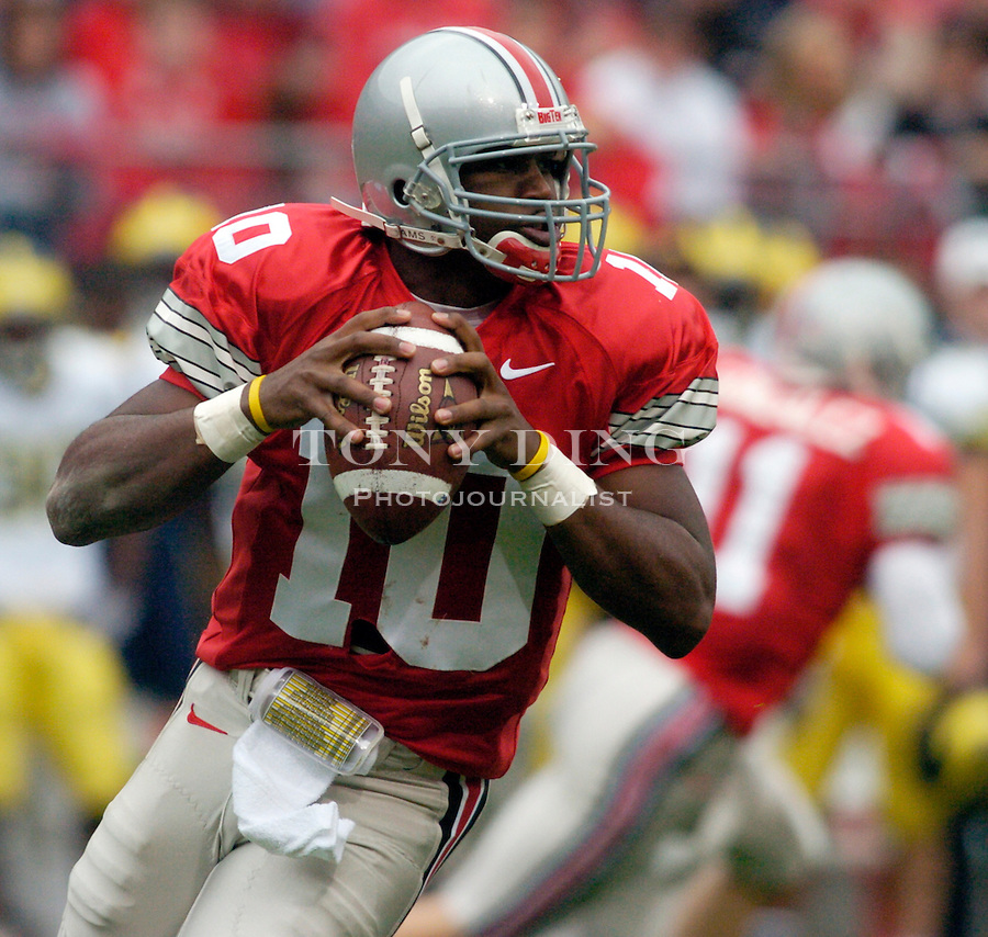 Buckeyes quarterback Troy Smith (10) during Michigan's 21-37 loss to Ohio State on Saturday, November 20, 2004 in Columbus, Ohio. (Photo by TONY DING/Daily).