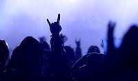 Das Festival With Full Force geht in die 18. Runde. 60 Bands aus der Hardcore-, Punk- und Metallszene haben sich auf dem haertesten Acker Deutschlands nahe Roitzschjora versammelt. Dazu gesellen sich nach Angaben der Veranstalter Sven Borges, Mike Schorler und Roland Ritter fast 30000 Besucher aus aller Welt. Drei Tage lassen die Bands ihre stromgestaehlten Gitarren gluehen und pusten per Mega-Boxenwand das Gras von der Landebahn des Sportflugplatzes. im Bild: die Pommesgabel im Regen - die Geste der Metaller - auch im Starkregen gehört sie dazu. Feature.  Foto: aif / Alexander Bley