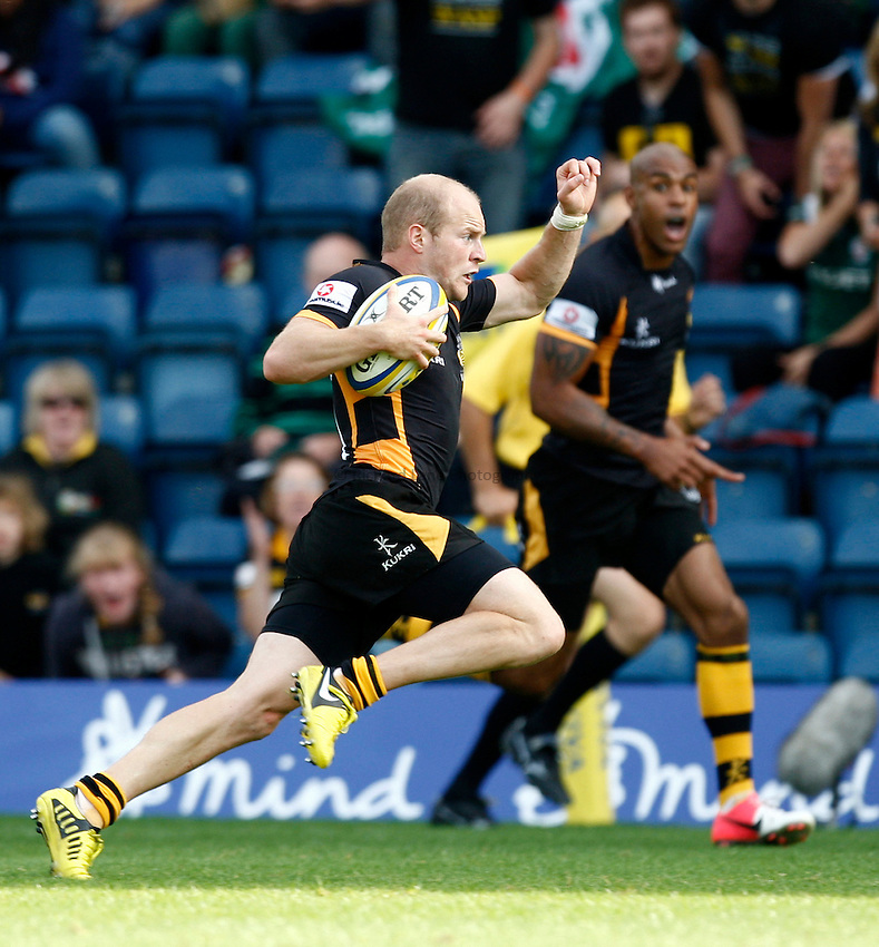 Photo: Richard Lane/Richard Lane Photography. London Wasps v London Irish. Aviva Premiership. 15/09/2012. Wasps' Joe Simpson breaks to set up a try.