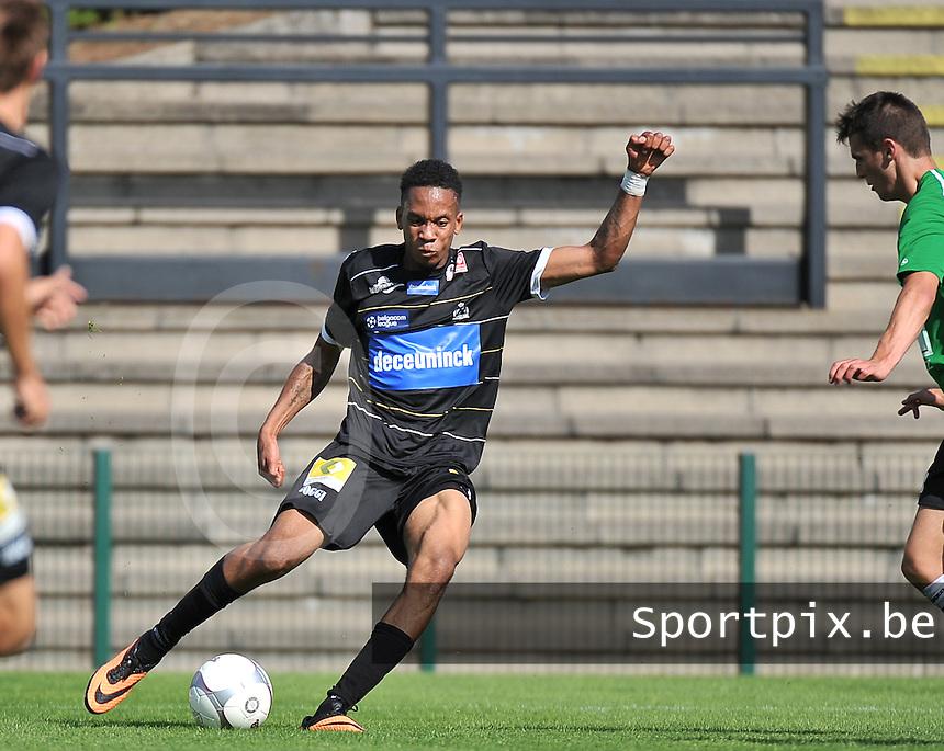 KSV Roeselare - Grand Leez : Jean-Francois Mbuba met het schot<br /> foto VDB / Bart Vandenbroucke