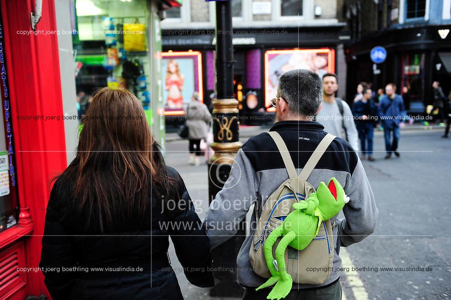 GREAT BRITAIN, London,  walking with Kermit the frog in backpack  / GROSSBRITANNIEN, London, spazieren mit Kermit dem Frosch im Rucksack