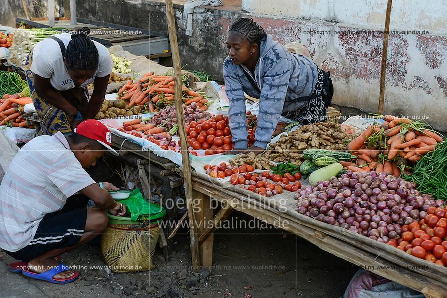 MADAGASCAR, Mananjary, vegetable market, onion, carot, tomato, ginger, potato, cucumber, beans / MADAGASKAR Mananjary, Gemuese Markt