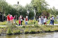 Nederland Zaanse Schans 2016 07 09.  Toeristen maken selfies bij de Zaanse Schans. Foto Berlinda van Dam / Hollandse Hoogte