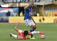BOGOTA - COLOMBIA -22 -11-2015: Lewis Ochoa (Der) jugador de Millonarios disputa el balón con Dario Rodriguez (Izq) jugador de Independiente Santa Fe durante por la fecha 20 de la Liga Águila II 2015 jugado en el estadio Nemesio Camacho El Campín de la ciudad de Bogotá./ Lewis Ochoa (R) player of Millonarios fights for the ball with Dario Rodriguez (L) player of Independiente Santa Fe during the match for the 20th date of the Aguila League II 2015 played at Nemesio Camacho El Campin stadium in Bogota city. Photo: VizzorImage / Gabriel Aponte / Staff.