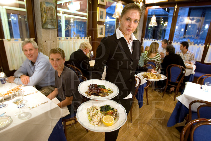 Interno del ristorante Al Paradiso, a Venezia.<br /> A waitress shows dishes inside the restaurant Il Paradiso, in Venice.<br /> UPDATE IMAGES PRESS/Riccardo De Luca