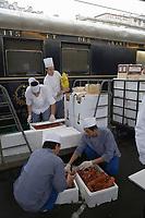 Europe/France/Ile-de-France/75010/Paris: Christian Bodiguel chef Cuisinier de l'Orient-Express recoit sa marchandise à la Gare de l'Est