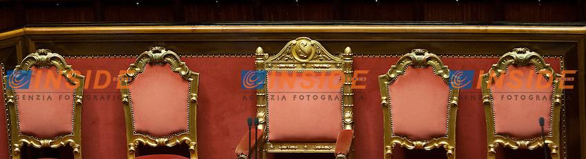 Le sedie vuote della Presidenza e dei Ministri<br /> Roma 15-07-2014 Senato Aula. Disposizioni per il superamento del bicameralismo paritario, la riduzione del numero dei parlamentari, il contenimento dei costi di funzionamento delle istituzioni, la soppressione del CNEL e la revisione del Titolo V della parte seconda della Costituzione.<br /> Photo Samantha Zucchi Insidefoto