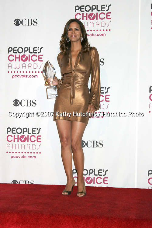 Halle Berry.2007 People's Choice Awards.Shrine Auditorium.Los Angeles,  CA.January 8, 2007.©2007 Kathy Hutchins / Hutchins Photo....