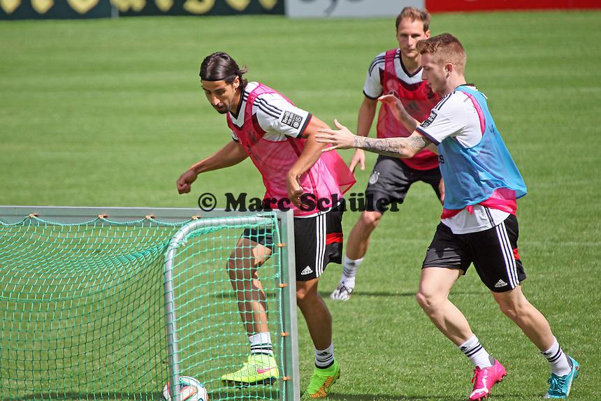 Sami Khedira erzielt ein Tor gegen Marco Reus - Training der Deutschen Nationalmannschaft  zur WM-Vorbereitung in St. Martin