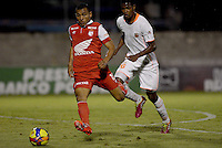 ENVIGADO -COLOMBIA-21-09-2014. Nelson Lemus (Der) de Envigado FC disputa el balón con Wilson Morelo (Izq) de Independiente Santa Fe durante partido por la fecha 10 de la Liga Postobón II 2014 realizado en el Polideportivo Sur de la ciudad de Envigado./ Nelson Lemus (R) of Envigado FC fights for the ball with Wilson Morelo (L) of Independiente Santa Fe during match for the 10th date of the Postobon League II 2014 at Polideportivo Sur in Envigado city.  Photo: VizzorImage/Luis Ríos/STR