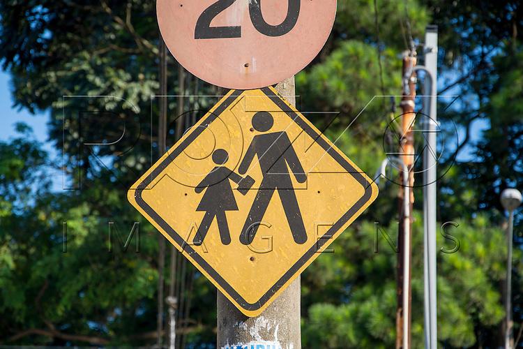 Placa de sinalização indicando travessia em área escolar, São Paulo - SP, 02/2017.