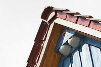 Nisthilfe, Nistkasten für Mehlschwalbe, Mehlschwalben und für Star, Stare im Giebel eines Hauses, Fassade, Vogelkasten, Schwalbennest, Schwalbennester, Nesting help, nesting box for house martin, house martins and Starling, Delichon urbicum and Sturnus vulgaris