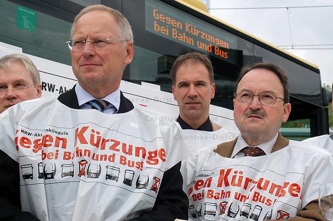 Portest gegen geplante Einsparungen im Oeffentlichen Personennahverkehr (OePNV) in Berlin.<br /> Das &quot;Aktionsbuendnis gegen Kuerzungen bei Bus und Bahn&quot; aus NRW veranstaltete am Dienstag den 16. Mai 2006 auf dem Berliner Alexanderplatz eine Protestveranstaltung gegen die geplanten Kuerzungen im OePNV. Praesentiert wurden 480.000 Unterschriften, die gesammelt wurden und am Nachmittag dem Bundesverkehrsministerium uebergeben wurden. An der Veranstaltung nahmen auch Vertreter von Nahverkehrsunternehmen aus Berlin, Brandenburg sowie der Bundesbahn, der Gewerkschaft Transnet und der CDU und SPD teil.<br /> 1.v.l.: Andreas Sturmowski, Vorstandsvorsitzender der Berliner Verkehrsbetriebe (BVG).<br /> 16.5.2006, Berlin<br /> Copyright: Christian-Ditsch.de<br /> [Inhaltsveraendernde Manipulation des Fotos nur nach ausdruecklicher Genehmigung des Fotografen. Vereinbarungen ueber Abtretung von Persoenlichkeitsrechten/Model Release der abgebildeten Person/Personen liegen nicht vor. NO MODEL RELEASE! Nur fuer Redaktionelle Zwecke. Don't publish without copyright Christian-Ditsch.de, Veroeffentlichung nur mit Fotografennennung, sowie gegen Honorar, MwSt. und Beleg. Konto: I N G - D i B a, IBAN DE58500105175400192269, BIC INGDDEFFXXX, Kontakt: post@christian-ditsch.de<br /> Bei der Bearbeitung der Dateiinformationen darf die Urheberkennzeichnung in den EXIF- und  IPTC-Daten nicht entfernt werden, diese sind in digitalen Medien nach &sect;95c UrhG rechtlich geschuetzt. Der Urhebervermerk wird gemaess &sect;13 UrhG verlangt.]