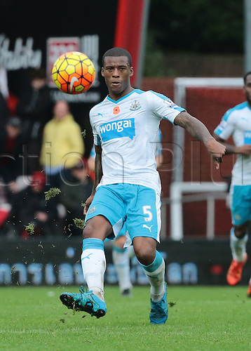 07.11.2015. Vitality Stadium, Bournemouth, England. Barclays Premier League. Georginio Wijnaldum of Newcastle knocks the ball forward