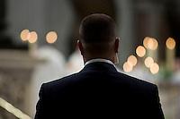 Un uomo della sicurezza del Papa all'interno della Basilica di Can Pietro.  Il Vaticano è stato segnalato come uno dei prossimi bersagli da parte dei terroristi Islamici. A man of the security inside the St. Peter Basilica.  Intelligence services have warned the Vatican that it could be the next target for Islamist terrorists after last week's attacks in France have prompted alarm in Rome.