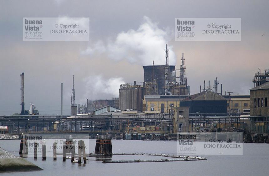 - industrial zone of Porto Marghera, Montedison petrochemical plants....- zona industriale di Portro Marghera, impianti petrolchimici Montedison