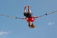 Meisje maakt salto op een trampoline
