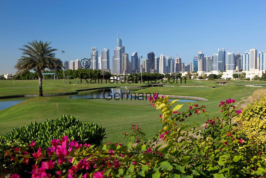 United Arab Emirates, Dubai: The Montgomerie Golf Club with Dubai skyline   Vereinigte Arabische Emirate, Dubai: der Montgomerie Golf Club vor Dubais Skyline