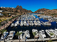 Aerial view of yacht pier, boats, palms, Tetakahui bay near the desert in San Carlos, Sonora, Mexico. Gulf of California. Sea of ​​Cort&eacute;s. Mar Bermejo, is located between the peninsula of Baja California and the states of Sonora and Sinaloa, northwest of Mexico. Tourist destination, trips. Blue, Boats, calm. High Angle View (Photo: Luis Gutierrez / NortePhoto.com)<br />