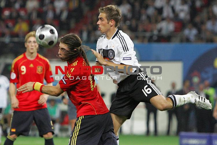 UEFA Euro 2008 Final Match 31 Wien - Ernst-Happel-Stadion. Deutschland ( GER ) - Spanien ( ESP ). <br /> Sergio Ramos ( Spanien / Verteidiger / Defender / Real Madrid #15 ) (l) im Kampf um den Ball mit Philipp Lahm ( Germany / Verteidiger / Defender / Bayern Muenchen #16 ) (r).<br /> Foto &copy; nph (  nordphoto  )