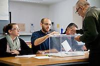 Spagna Barcellona  Elezioni all'assemblea catalana 25 Novembre 2012 Un seggio elettorale nella cittadina di  Gelida (Barcellona) operazioni di voto