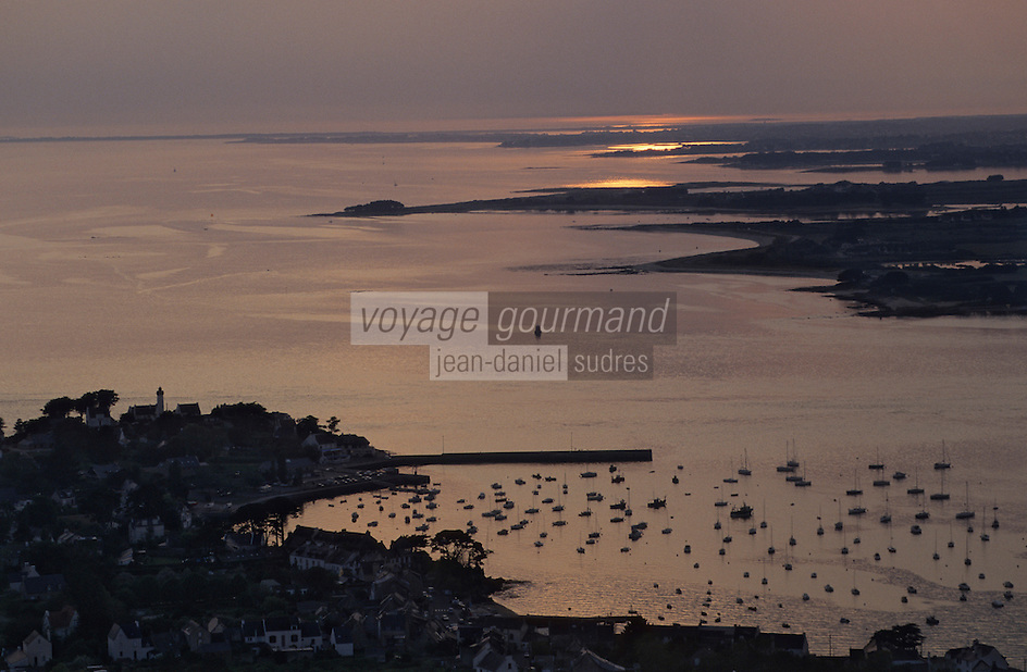 Europe/France/Bretagne/56/Morbihan/Presqu'île de Rhuys/Port Navalo: Vue aérienne du port au soleil couchant  Vue aérienne